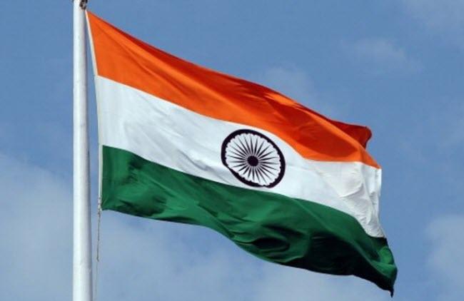 флаг Индии на фоне голубого неба
