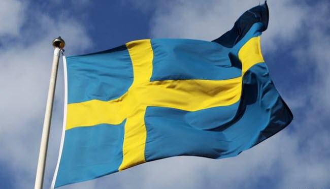 флаг Швеции, гордо развевающийся на ветру
