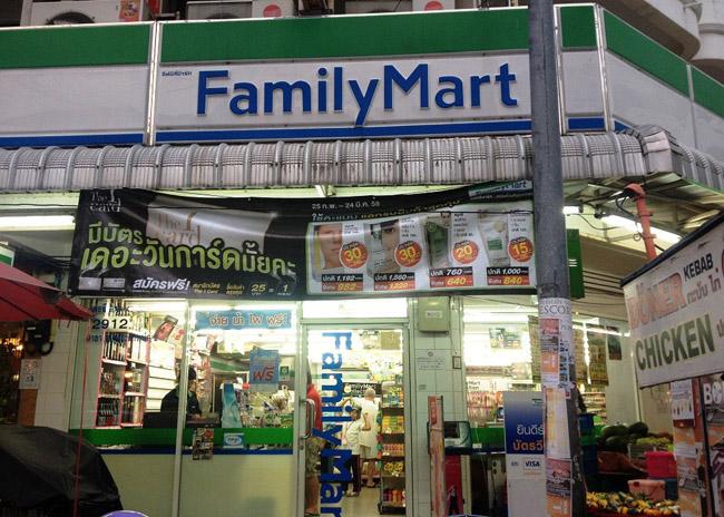 """типичный минимарт-магазин (форма """"у дома"""") FamilyMart в Таиланде"""