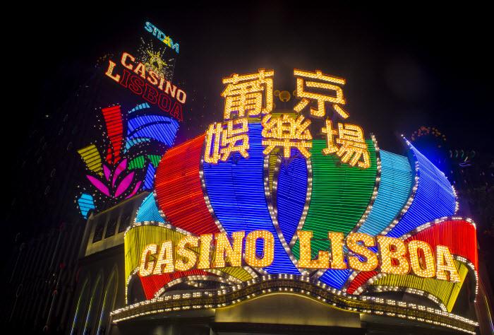 вход в казино Lisboa в Макао сияет неоновыми огнями по ночам
