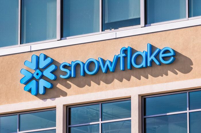 вывеска Snowflake - облачного стартапа из Сан-Матео, Калифорния, первичное размещение акций которого на нью-йоркской бирже подогреет новость об участии Уоррена Баффета и salesforce.com