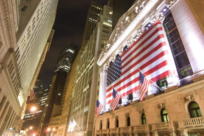 Нью-Йоркские Уолл-стрит и NYSE ночью