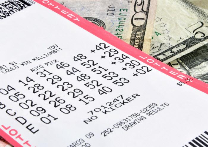 инвестиции в лотерею - лотерейный билет и долларовые купюры