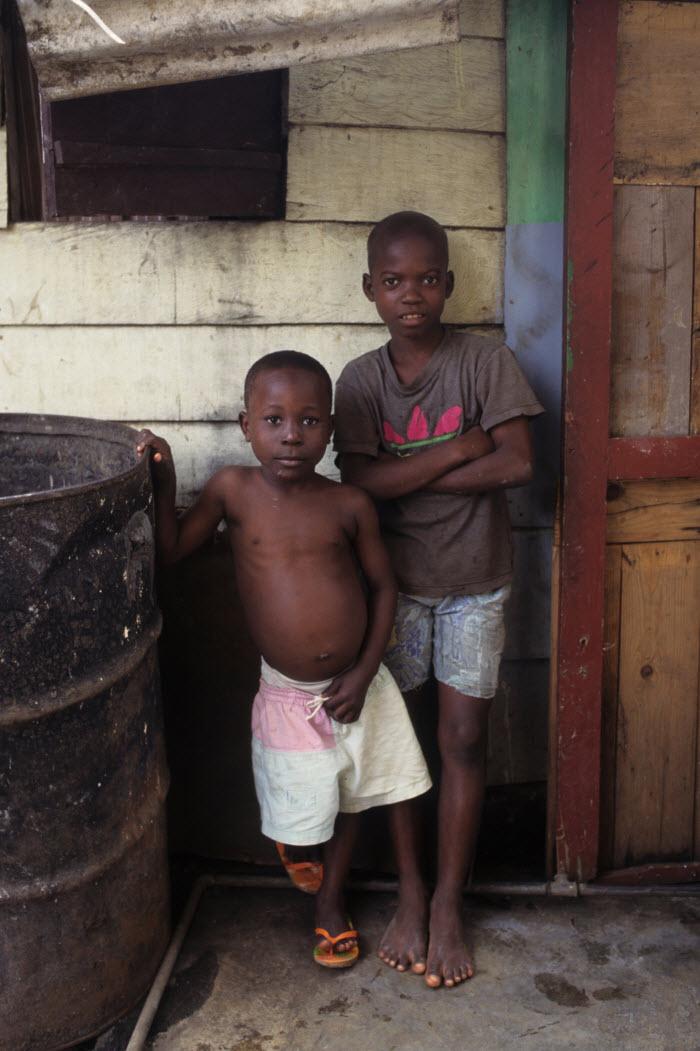 два негритянских мальчишки позируют в трущобах города Малабо, Экваториальная Гвинея